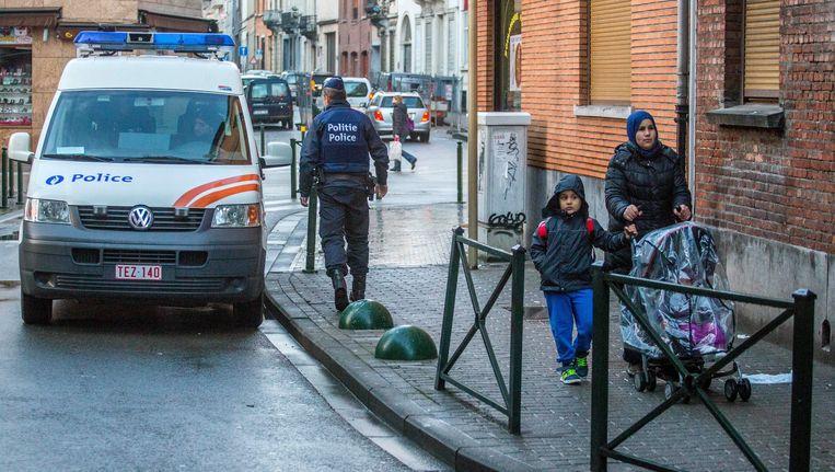 Politieagenten patrouilleren in de straten van Molenbeek. Beeld PHOTO_NEWS