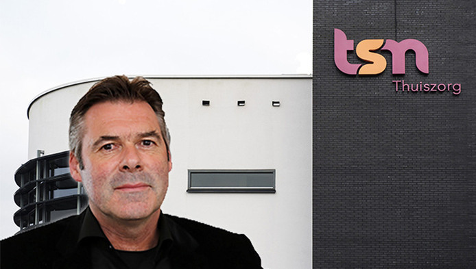 Achtergrond: Kantoor van TSN Thuiszorg. Voorgrond: CEO Jos de Blok van Stichting Buurtzorg Nederland.