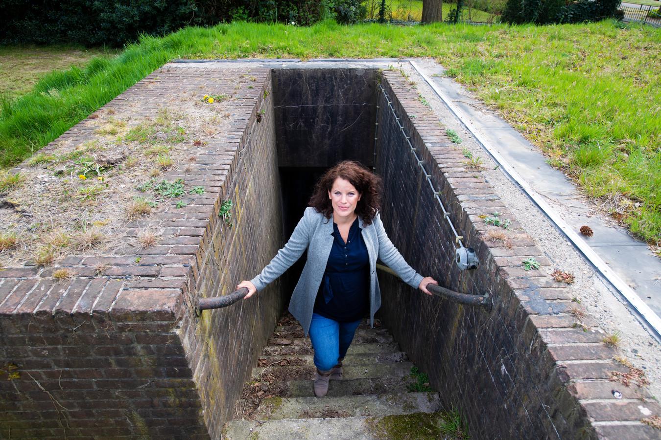 Onderzoekster Machlien Vlasblom bij de bunker van Seys-Inquart.
