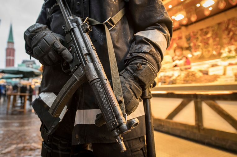 Een zwaarbewapende agent op de kerstmarkt van Frankfurt.