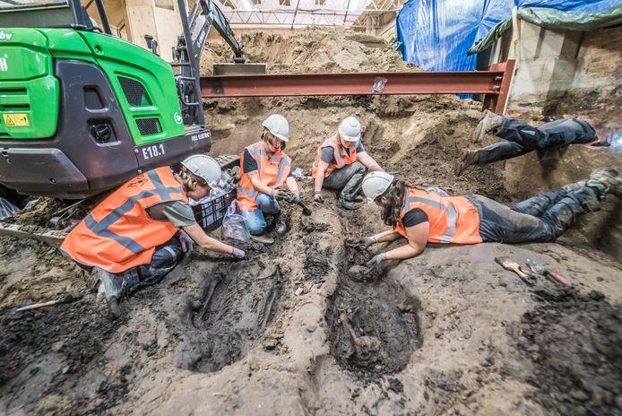 Archeologen bezig in de bodem van de kerk.