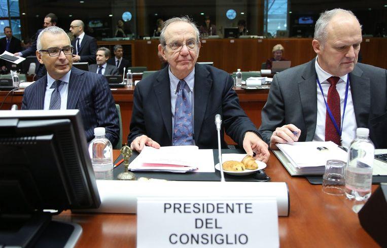 De Italiaanse president Ecofin en minister van Financiën Padoan (C) tijdens de ecofin-meeting. Beeld epa