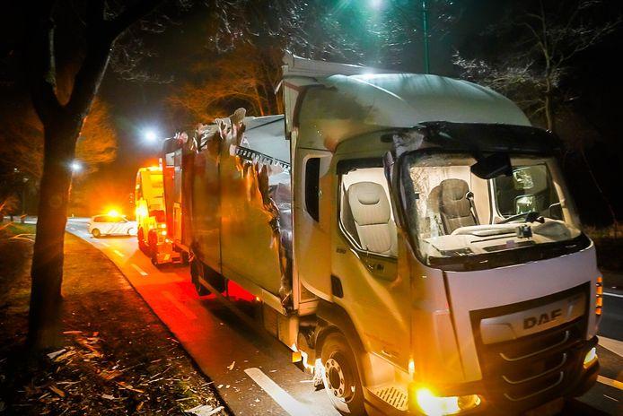 Vrachtwagen rijdt tegen boom in Nuenen.