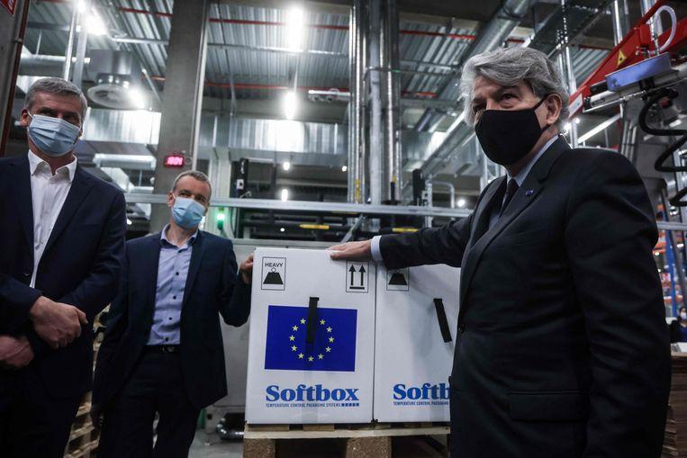 Europees Commissaris Thierry Breton van Interne Markt markeert een doos covid-19-vaccins van Pfizer-BioNTech als afkomstig uit de EU. Beeld AFP