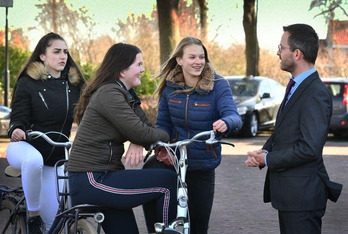 Burgemeester Laurens de Graaf maakt graag een wandeling met inwoners, ook jongeren.