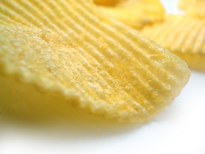 Chipszakken mogen bij het plastic afval en hoeven niet meer bij het restafval.