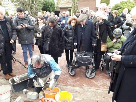 Max Wolff, onderduiker én bevrijder, kijkt in Oisterwijk naar de struikelstenen van zijn vermoorde zussen en zwager