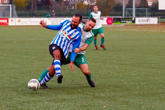 FC Eindhoven AV-spits Appie Azmani (l) in duel met Tijn van Vlerken van Geldrop. FC Eindhoven AV won dat bekerduel op 17 november 2019 met 0-2. Zaterdagavond treffen beide teams elkaar opnieuw in de districtsbeker.