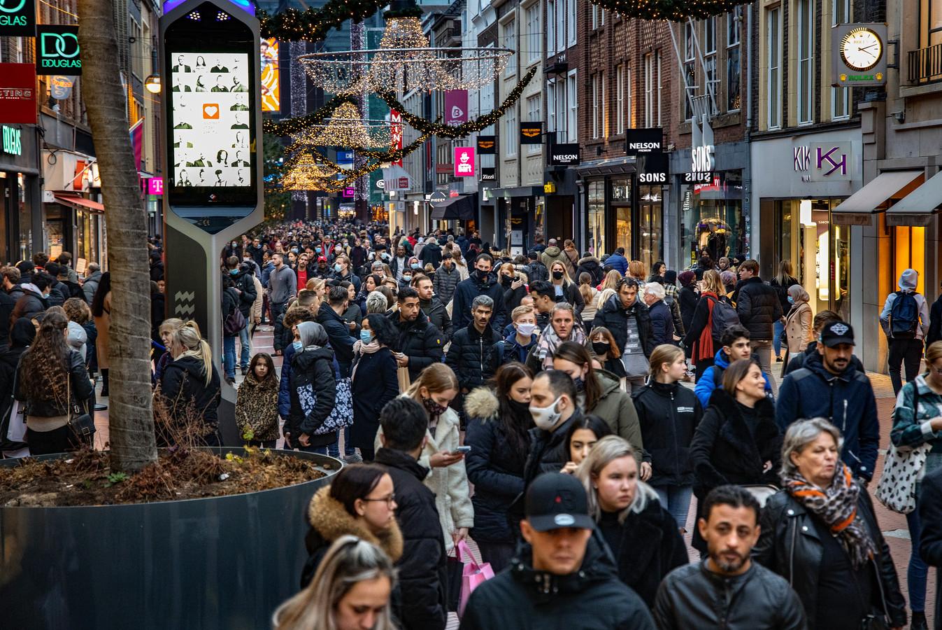 Het was vrijdag vanwege Black Friday zo druk in de Eindhovense binnenstad dat afstand houden onmogelijk was.