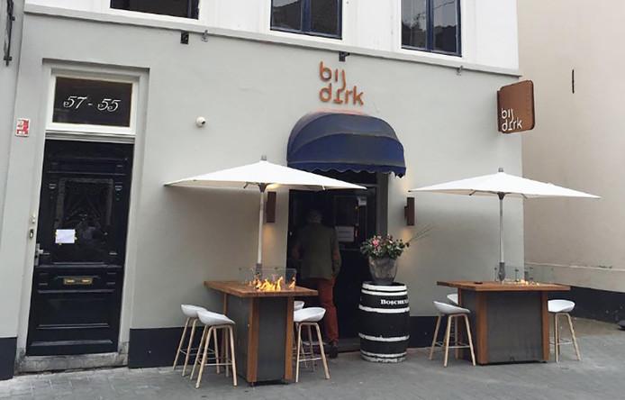 De tafels van wijnbar Bij Dirk in de Bossche Verwersstraat zijn volgens de gemeente 20 centimeter te hoog. terras cafe Bij Dirk
