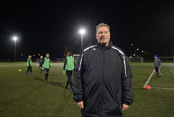 René Scholts - hier nog lachend - op het trainingsveld van Bruse Boys. Hij zal niet meer terugkeren bij de Schouwse club.