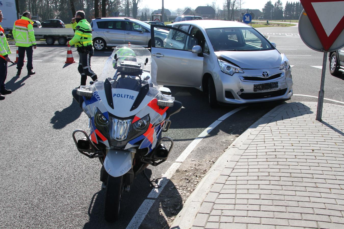 de hulpdiensten zijn gealarmeerd voor een ongeval met letsel op de kruising Stationsweg met de Almeloseweg-N35.