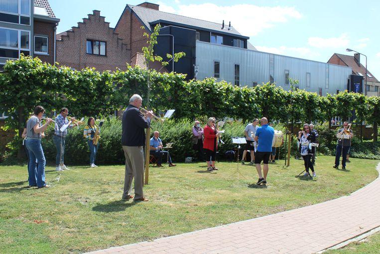 Koninklijke Harmonie 'Willen is Kunnen' geeft concert aan bewoners en personeel WZC Sint-Augustinus.