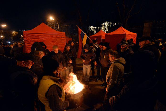 Tegenstanders van de Armeense premier Nikol Pasjinian hebben een tentenkamp opgezet buiten het parlementsgebouw.