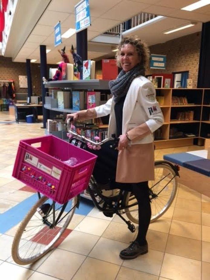 Directeur Yvonne Udo promoot de samenwerking op ludieke wijze door heen en weer te pendelen tussen de 2 scholen op een fiets.
