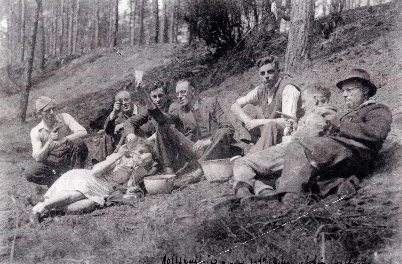 Ommer verzetsgroep met pistolen en onderduikers op de foto tijdens picknick in de Wolfskuil.