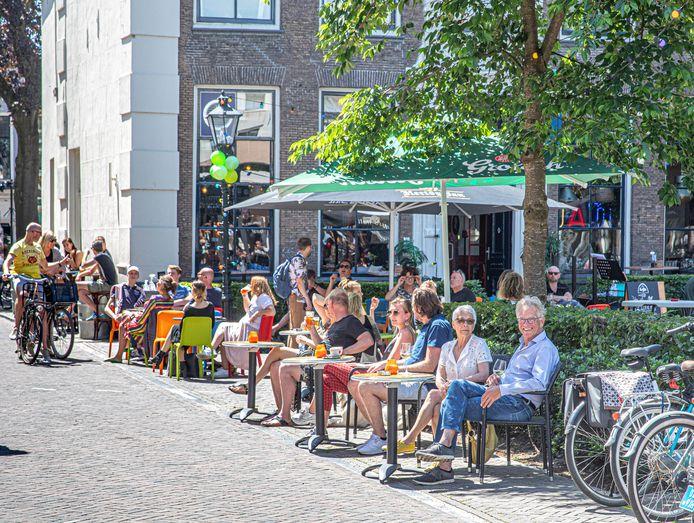 Genieten op een terrasje: het kan sinds vanmiddag weer, bijvoorbeeld op de Nieuwe Markt.