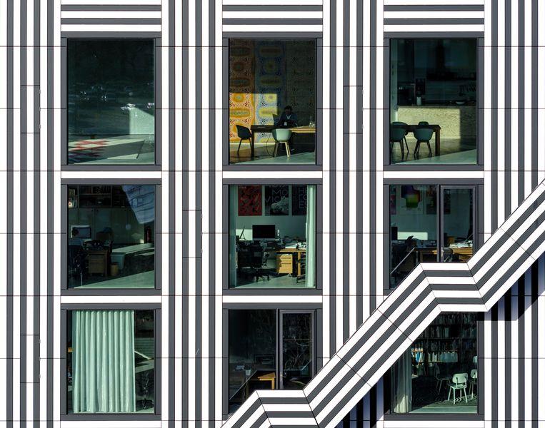 'De strepen zijn nodig om balans te brengen in de stroken tussen de verdiepingen en de grote ramen.' Beeld Ossip van Duivenbode