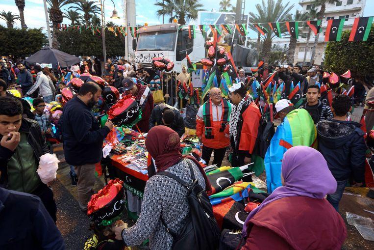 Op een marktje worden Libische vlaggen verkocht. Beeld AFP