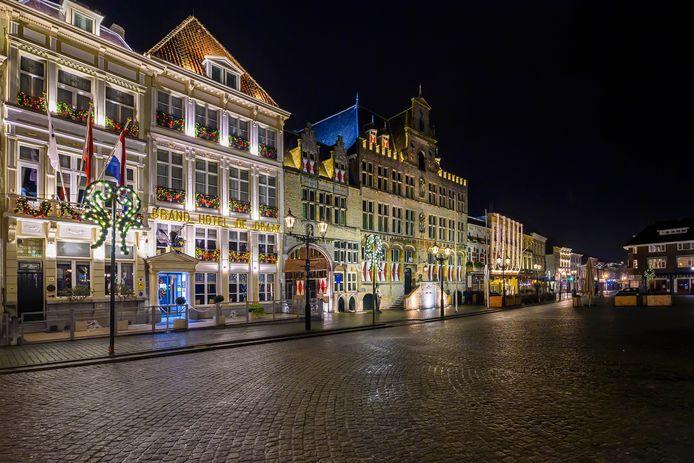 Een lege Grote Markt in Bergen op Zoom tijdens oudjaarsavond. Met de invoering van de avondklok vanaf zaterdag zal leegte het straatbeeld blijven domineren.