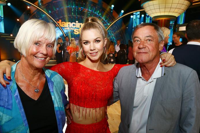 Anouk Hoogendijk met haar ouders Ineke en Otto tijdens de opnames van Dancing with the Stars.