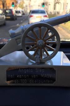 Topscorer uit Arnhem krijgt kanon van MASV na 100ste goal en wordt Lid van Verdienste