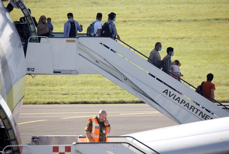 Geëvacueerden uit Afghanistan arriveren in Melsbroek. Beeld AP