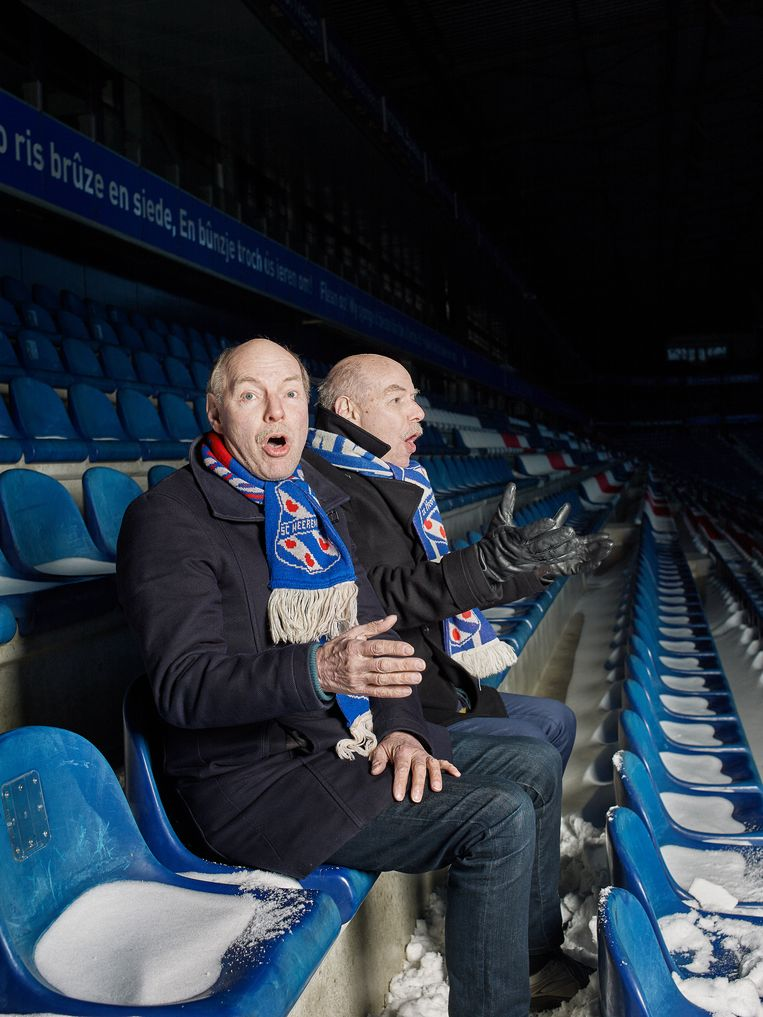 Wim en Hans in het Abe Lenstra Stadion in Heerenveen. Beeld Jouk Oosterhof