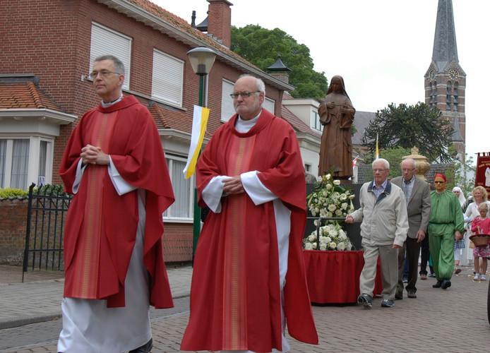 Jaarlijks trekt de processie door Ossendrecht.