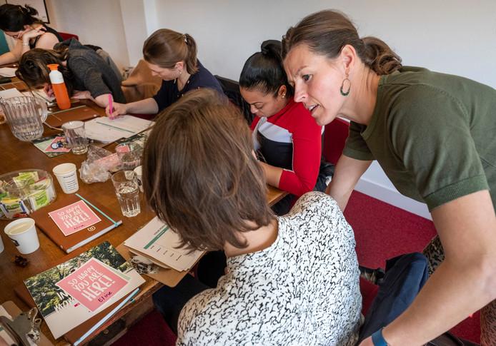 Esther van Diepen geeft coaching aan jonge vrouwen hoe ze werk en privé kunnen combineren.