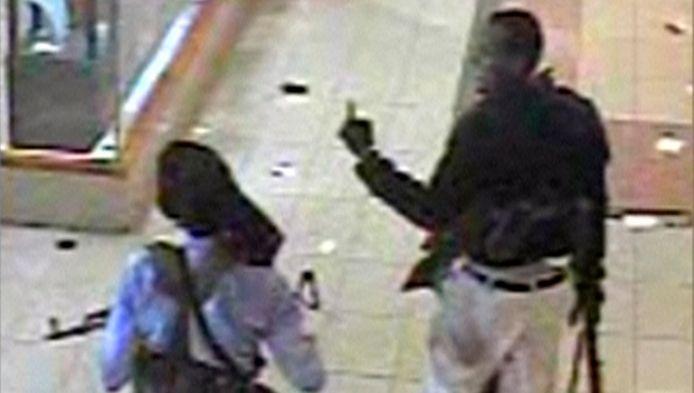 Twee schutters in de Westgate Mall.