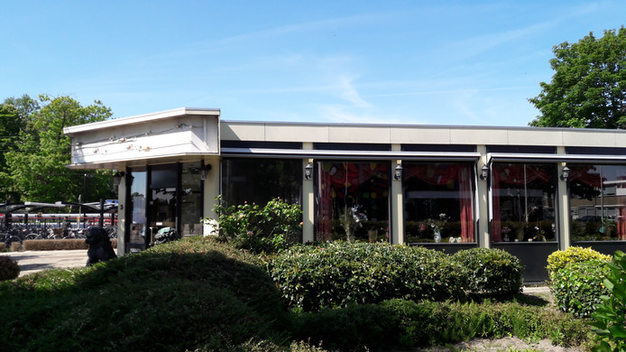 Restaurant Mei Wah, naast het station van Etten-Leur: de lichtbak is kapot gewaaid.