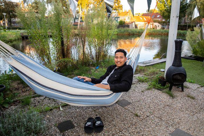 Elijah Torres aan het chillen in de hangmat in zijn tuin.