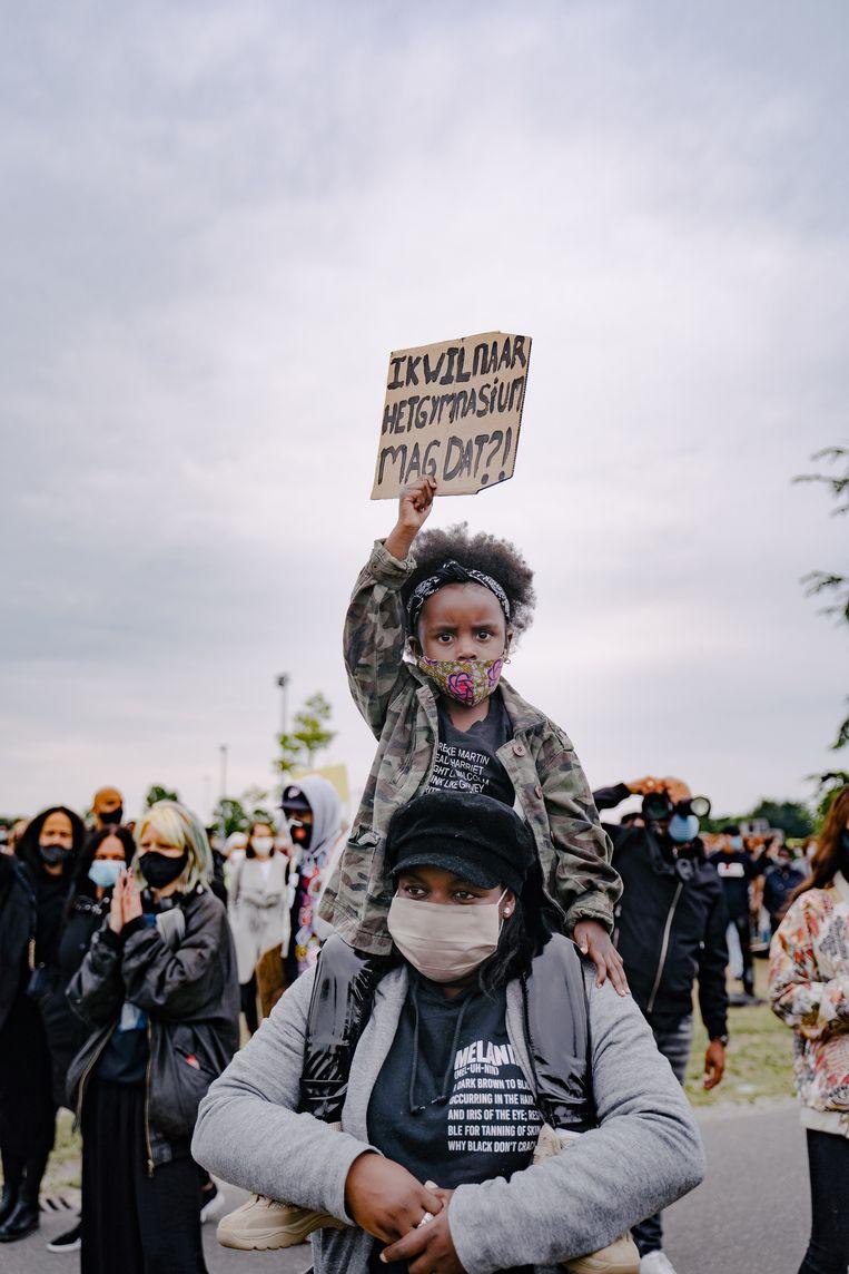 Demonstranten voor een gelijkwaardiger samenleving, in het Nelson Mandelapark, op 10 juni 2020. Beeld Martine Kamara
