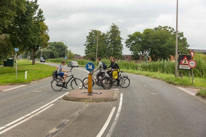 De fietsoversteek in de Vaartweg bij het Erfgenamenwegje (rechts) wordt veiliger gemaakt door de middengeleider te verbreden en aan te leggen op een plateau.