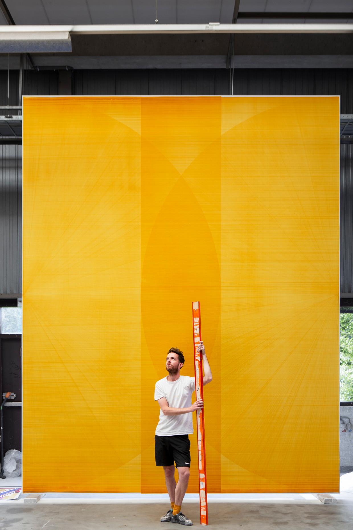 Thomas Trum in zijn atelier in Den Bosch, waar hij werkt aan de tentoonstelling Taking a Line for a Walk.  Beeld Pauline Niks