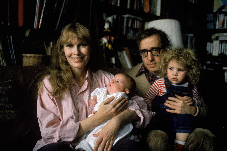 Farrow en Allen met zoon Satchel en hun geadopteerde dochter Dylan.