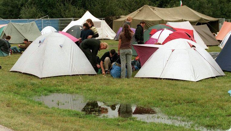 Typisch Lowlands: met je tentje in de polderklei kamperen (1998). Beeld ANP