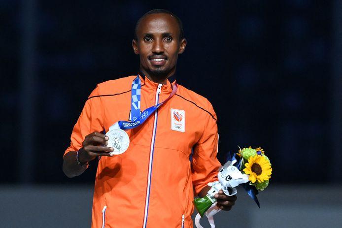 Abdi Nageeye stralend op het podium tijdens de sluitingsceremonie.