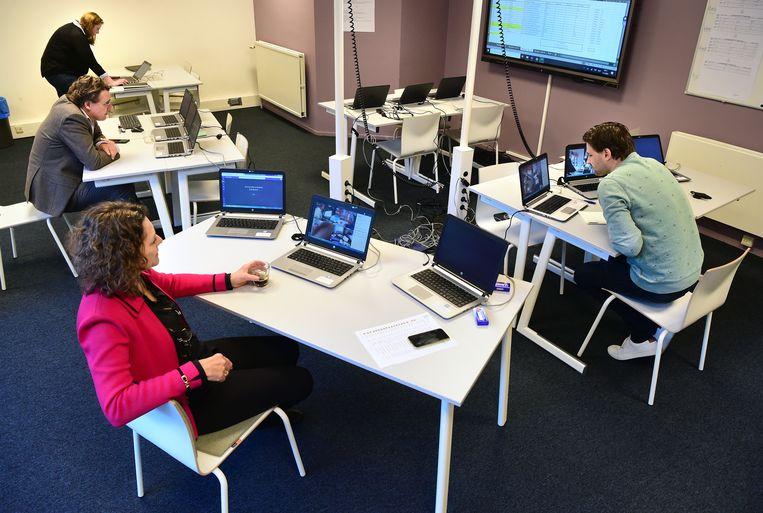 Leerlingen van het Luzac Hilversum doen in 2020 schoolexamen dat online wordt afgenomen. Eindexamenleerlingen krijgen dit jaar niet één, maar twee herkansingen voor het centraal examen. Beeld Marcel van den Bergh