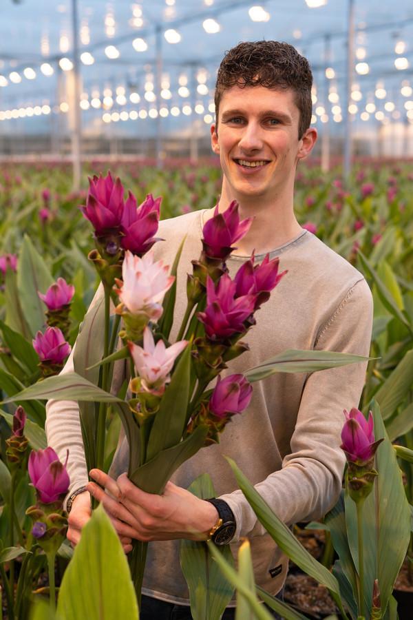 Dean Zuidgeest met een bos kakelverse kurkumabloemen