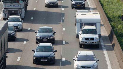 E403 richting Brugge versperd door gekantelde truck: bijna uur file