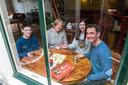 Miranda van Elswijk en Ramon Hagedoornen hun kinderen Niels  en Sofi spelen heel veel spelletjes in hun eigen bar aan hun woning in de binnenstad.