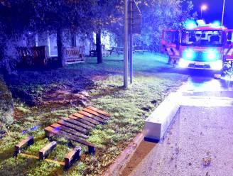 Zitbank in pallethout vat vuur: brandstichting niet uitgesloten