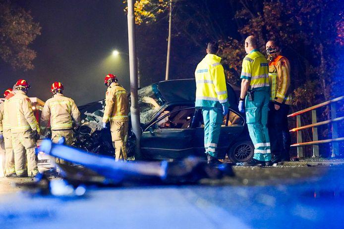 Auto botst tegen lantaarnpaal in Best.