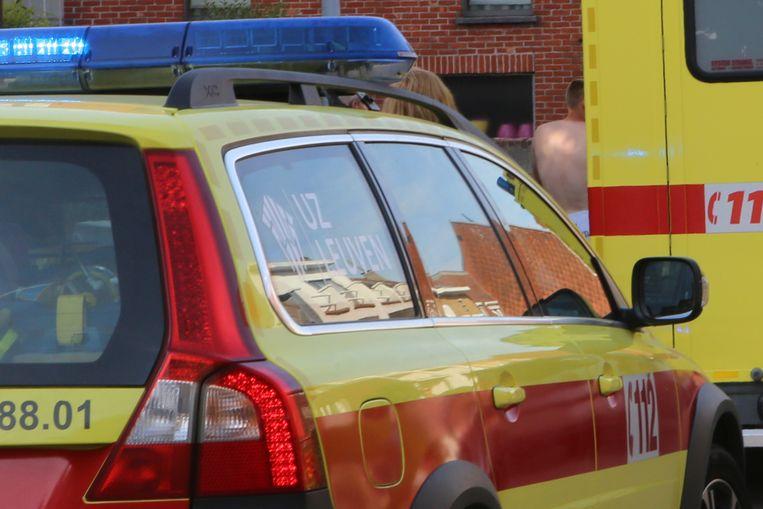 De man raakte lichtgewond en werd overgebracht naar het ziekenhuis