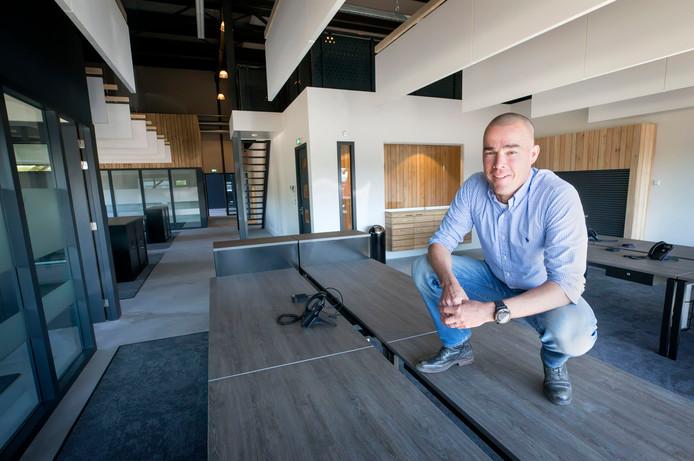 RAAMSDONKSVEER Henk Adriaanse van Adriaanse Transport in de toekomstige kantoorruimte van het nieuwe, geheel duurzame pand op Dombosch, waar hij op 28 juni in wil trekken.