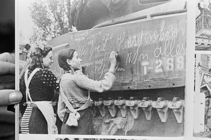De foto uit het Stadsarchief Breda die als inspiratie dient voor de schildering die bij De Teruggave komt. Op deze foto is te zien hoe twee buurmeisjes, Ria Vermeulen en Ineke van Wijck, boodschappen schrijven op de binnenrollende tanks van de Polen in Breda.