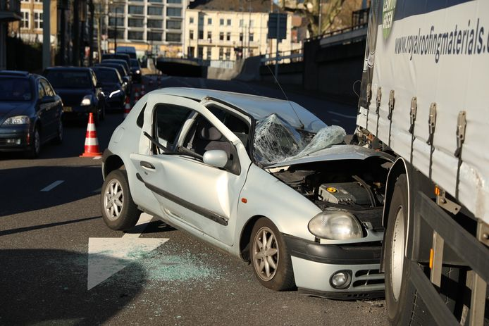 Bij een ongeluk op het Nieuwe Plein in Arnhem is de bestuurder van een personenauto gewond geraakt.