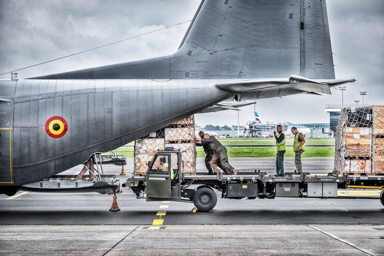 Militairen laden een C-130 op de luchthaven van Melsbroek voor vertrek naar Afghanistan. Beeld Tim Dirven